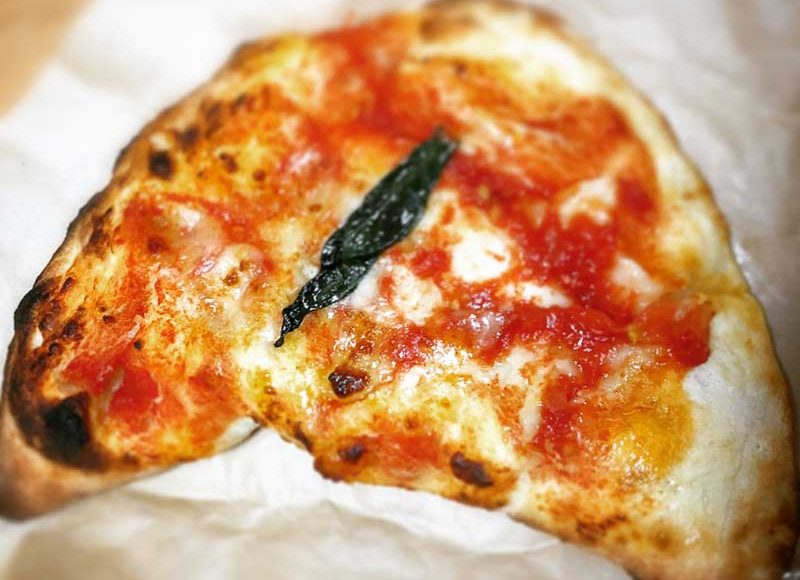【白と青の湘南福猫】江ノ島食べ歩き専用グルメを発見!両面焼きカルツォーネと折り畳みピザのリブレットが食べやすい!