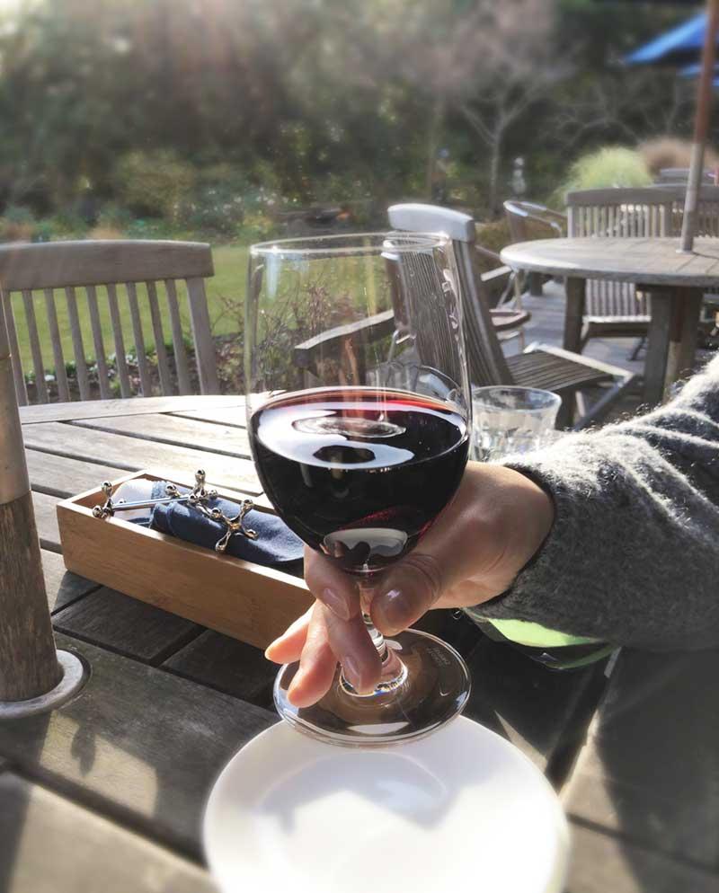 お庭を見ながらワインで乾杯