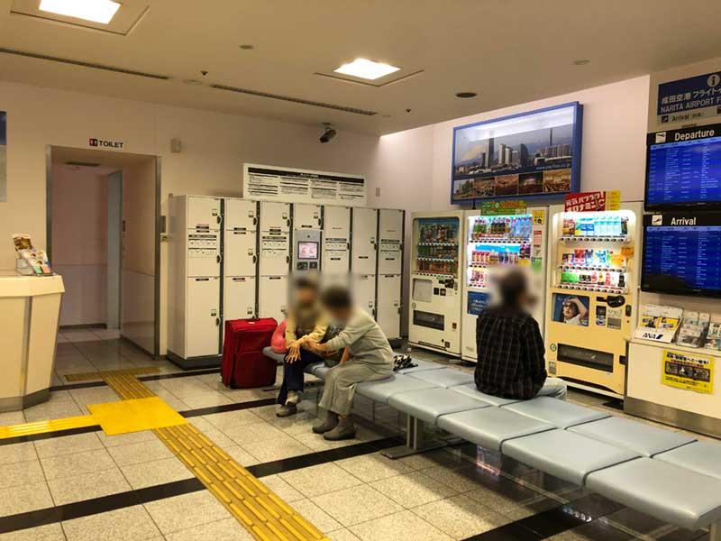 横浜YCATの待合所