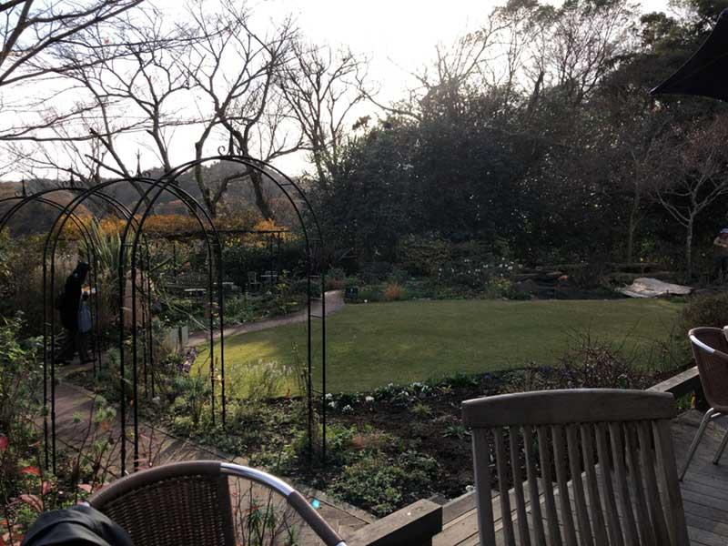 一面に緑の庭園が広がっている
