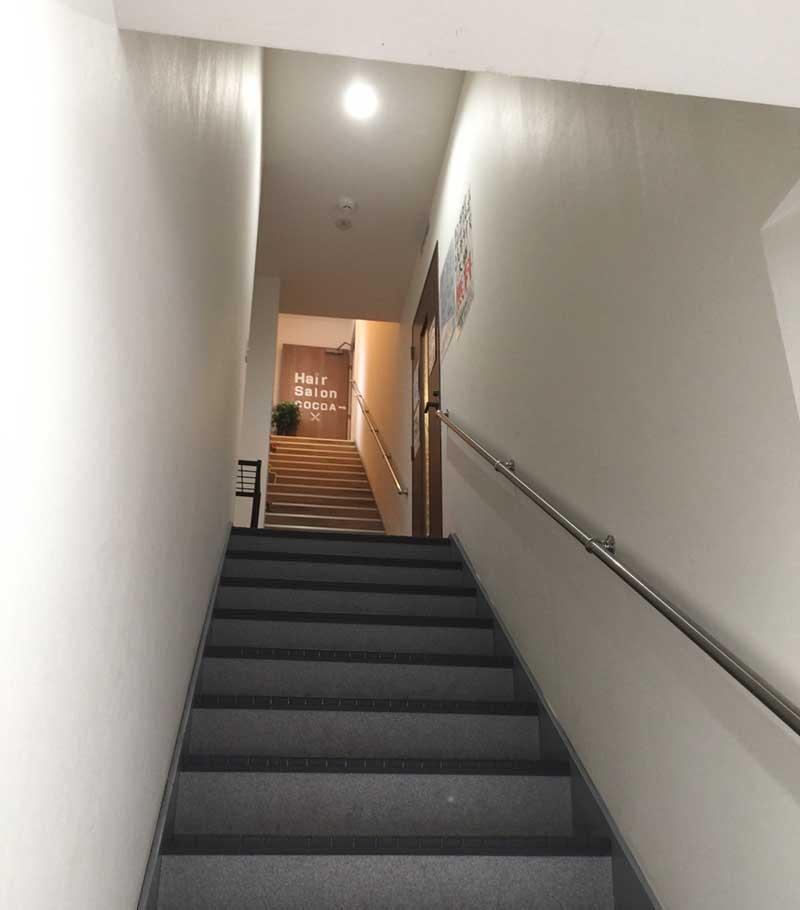 狭い階段を上がった2階が小林屋