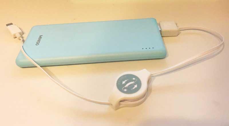 モバイルバッテリーと充電ケーブル