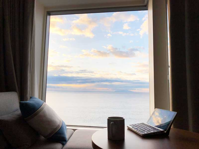 穏やかな朝日が窓から差し込む