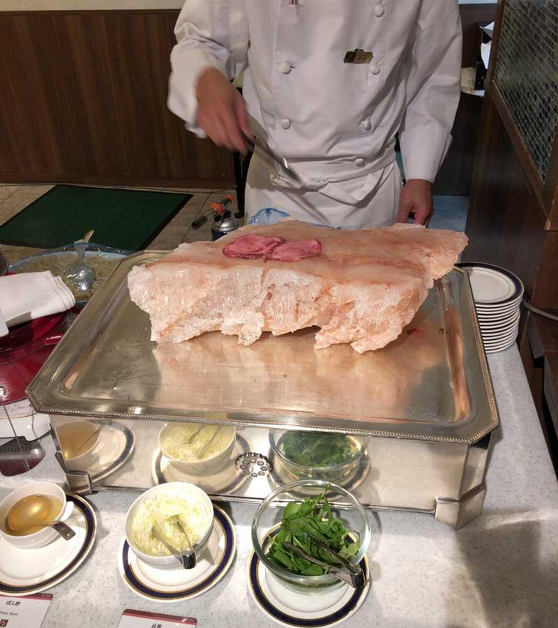 牛タンのヒマラヤ岩塩炙り焼き