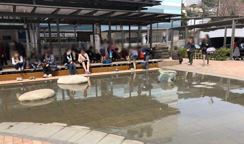駅前の足湯も女性が多い!