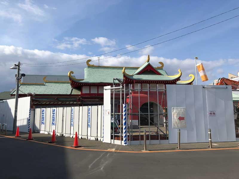 柵で覆われた片瀬江ノ島駅の竜宮城