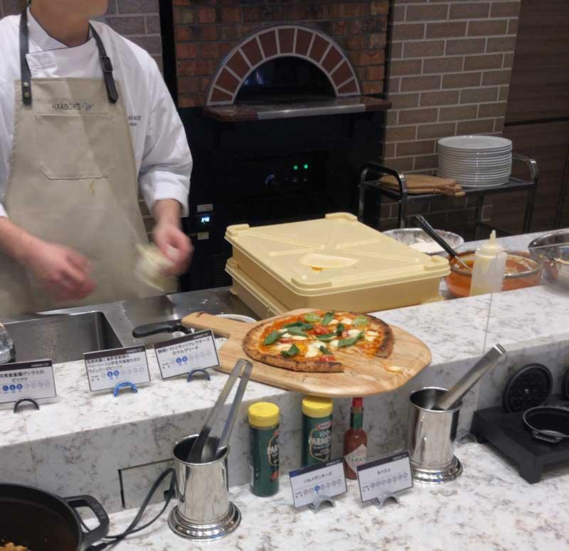 窯焼きの焼き立てピザ