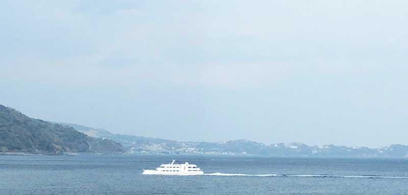 熱海の町並みと船
