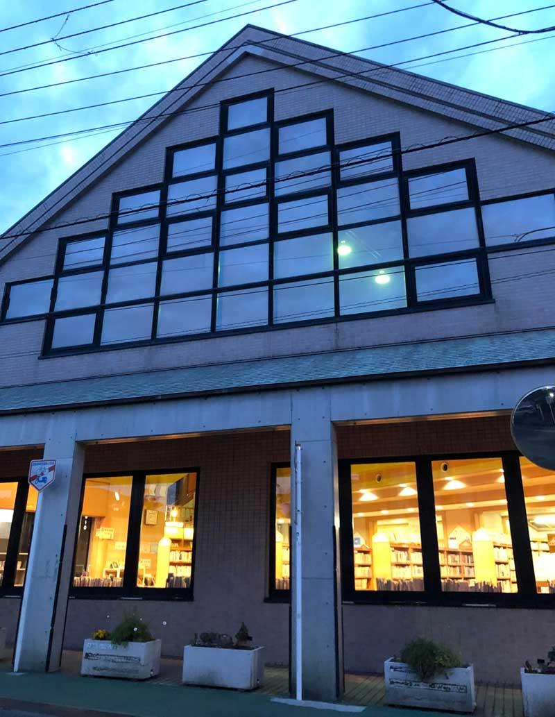 三角屋根の大磯町立大磯図書館