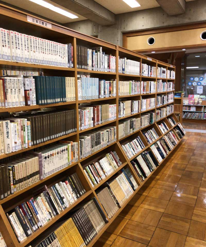 大磯町立大磯図書館の本棚