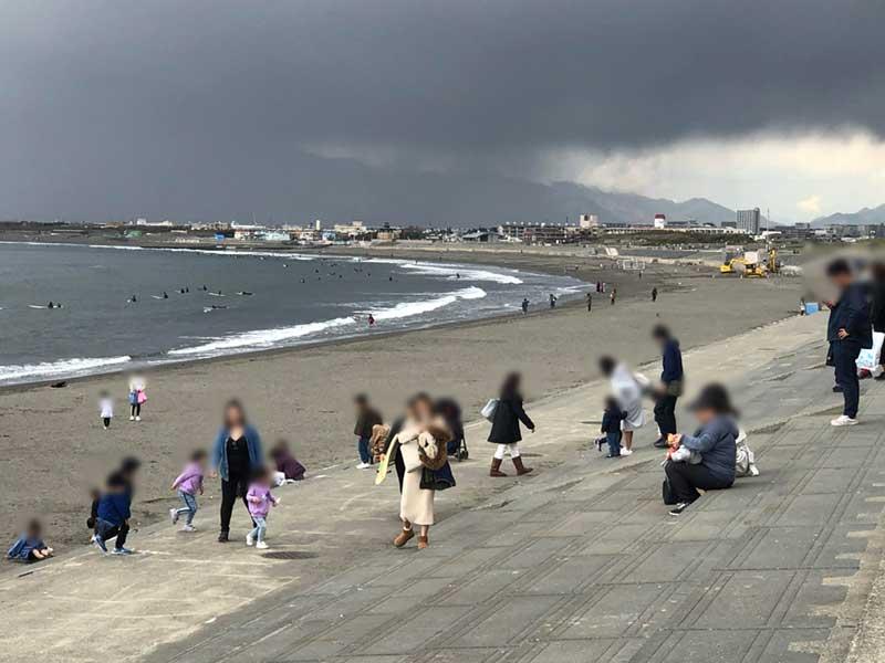 海辺は風が強く夜は冷えるので上着の用意を