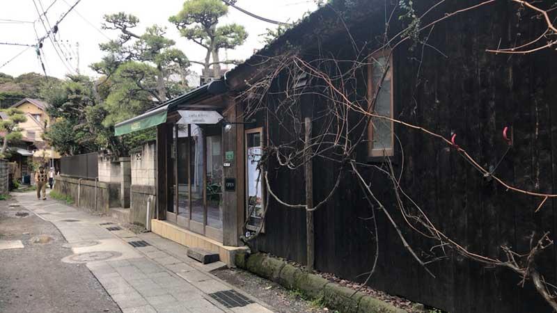 隣の古民家はカフェ「ナチュデコ」
