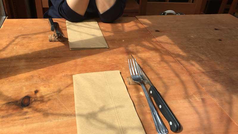 木の風合いがイイ感じのテーブル