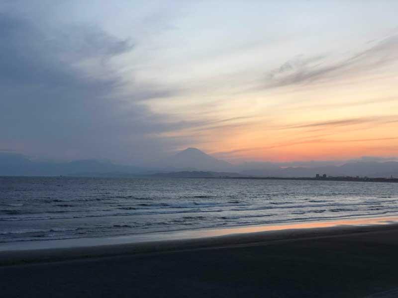 片瀬海岸西浜の富士山と夕焼け