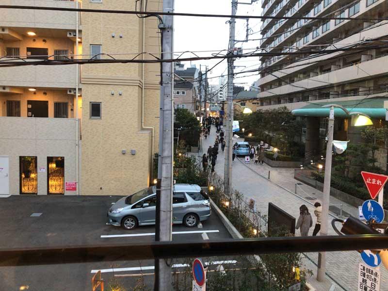 なんみのりチキンの窓からスバナ通りを見下ろす