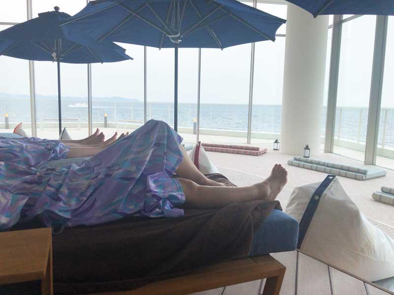 ごろんとビーチチェアーに寝ころびながら