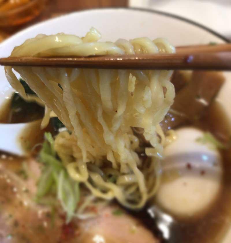 自家製の平打ちのちぢれ麺