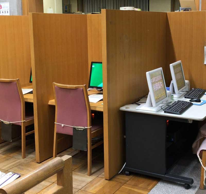 検索用のパソコンも数台ある