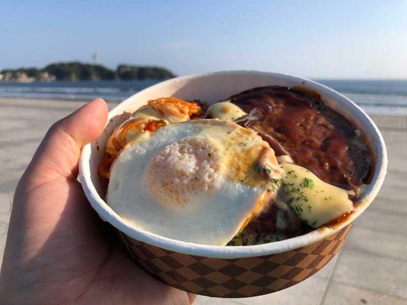江ノ島を見ながらロコモコ丼