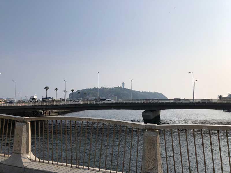 橋から見る江ノ島の光景は健在です