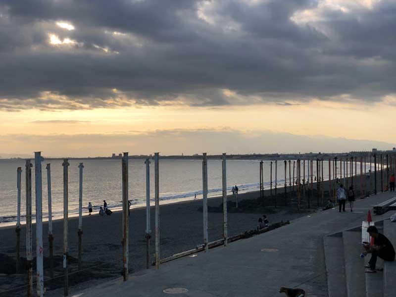 砂浜に並ぶ海の家の骨組みのポール