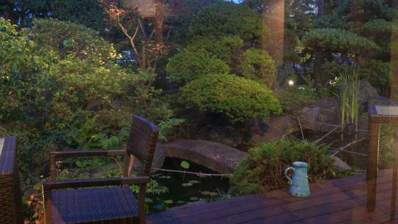 窓の外に素敵な庭園