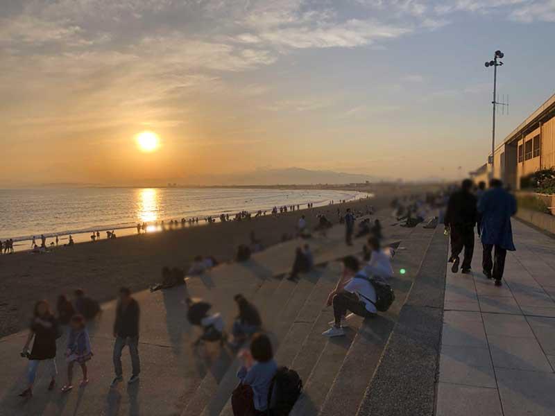 えのすい裏の片瀬海岸は夕日を眺める人で大賑わい