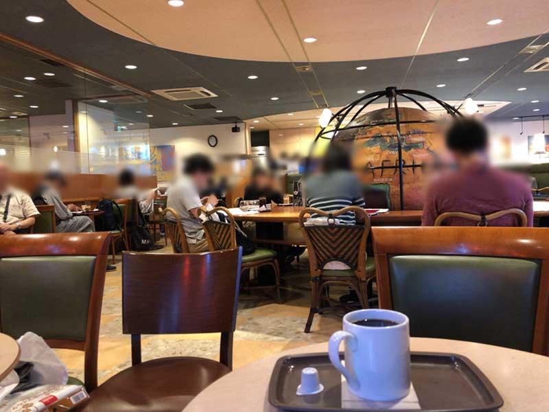 中央の地球儀の周りもテーブル席で受験生に人気