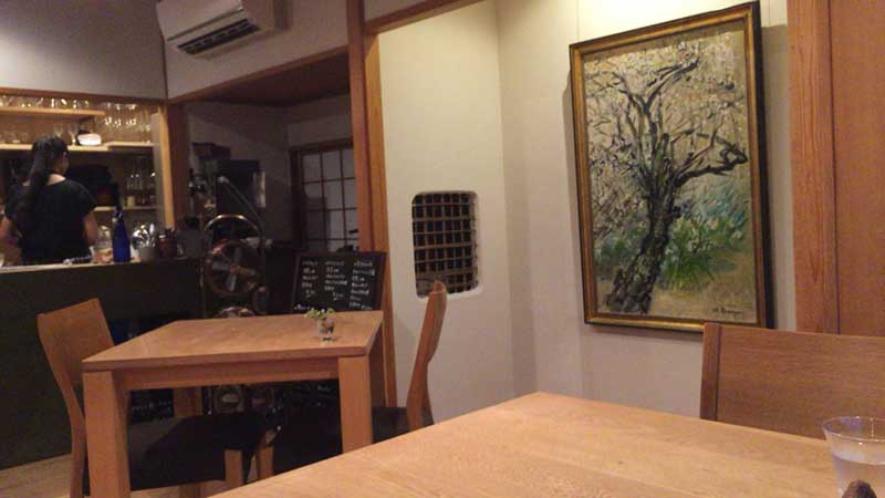 テーブル席と絵画がしっくり合う和室