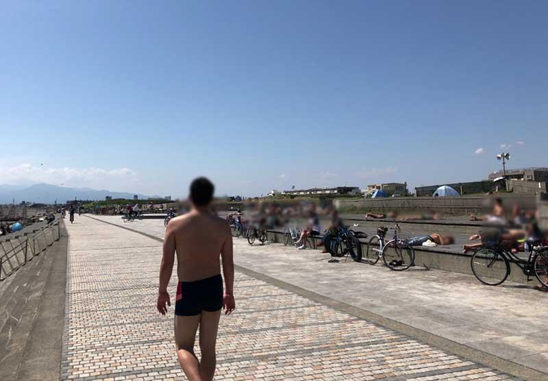 海辺なので半裸でランニングしても大丈夫!
