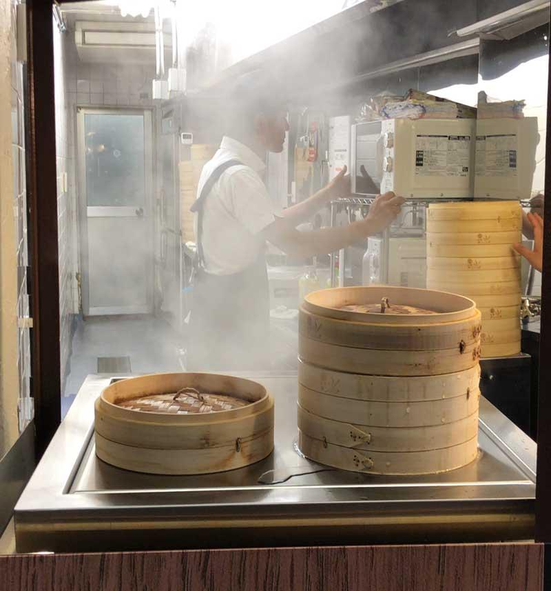 大きな蒸し器で蒸し中