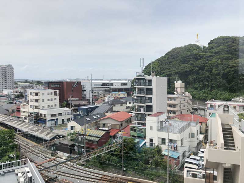 窓から片瀬の町・江ノ電・山・海が見渡せる