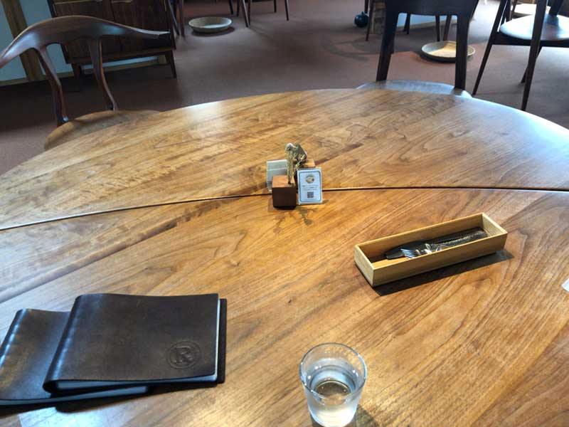大きな木のテーブル