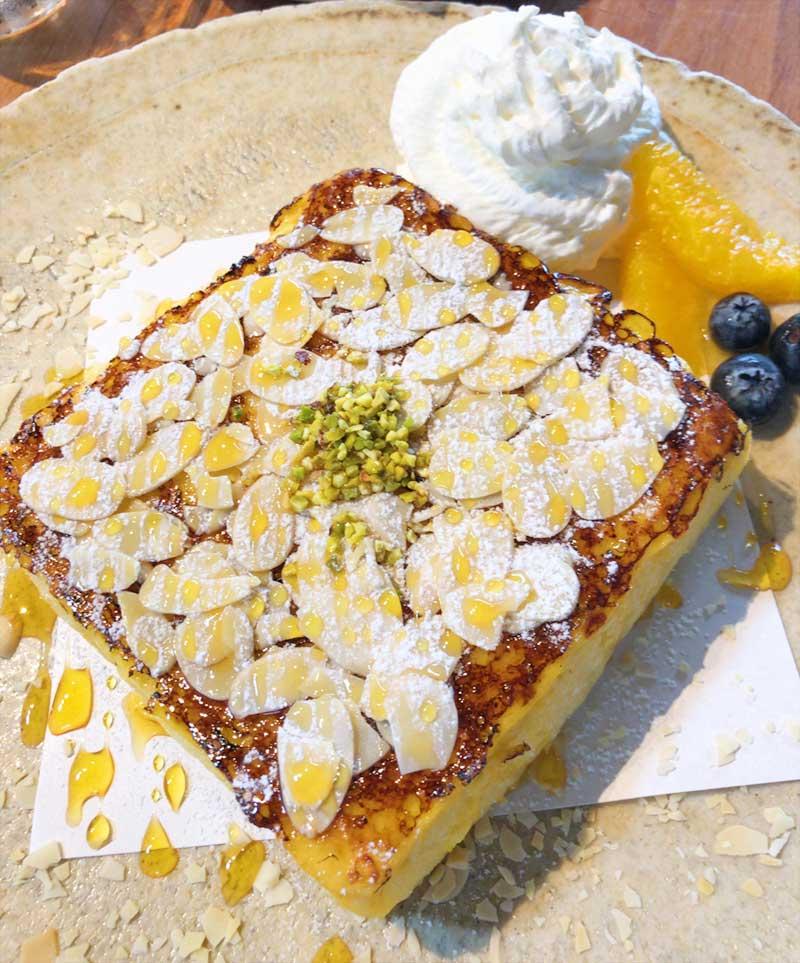パンの上にはアーモンドスライスとピスタッチオ