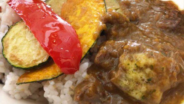 【藤沢で大人数でも余裕で予約できるカフェビル】一棟丸ごと484カフェ!鉄鍋ビーフ野菜カレーが最後まで熱々激ウマ!