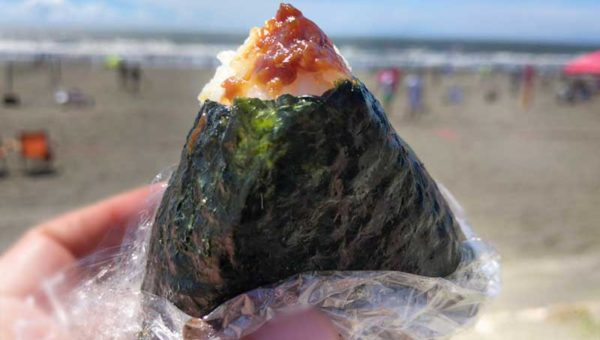 【おにぎり弁当専門店くげぬまライス】海近だから浜辺で体育座りして食べるのがおすすめ!
