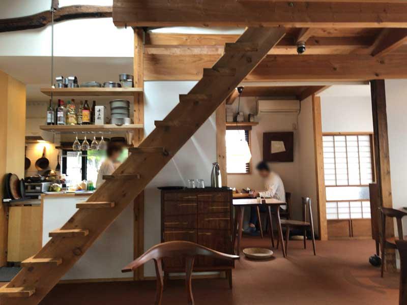 2階に上がる階段も木製