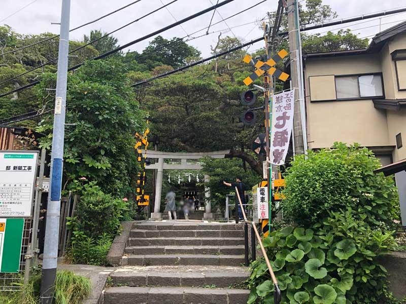 江ノ電の線路の向こうが御霊神社