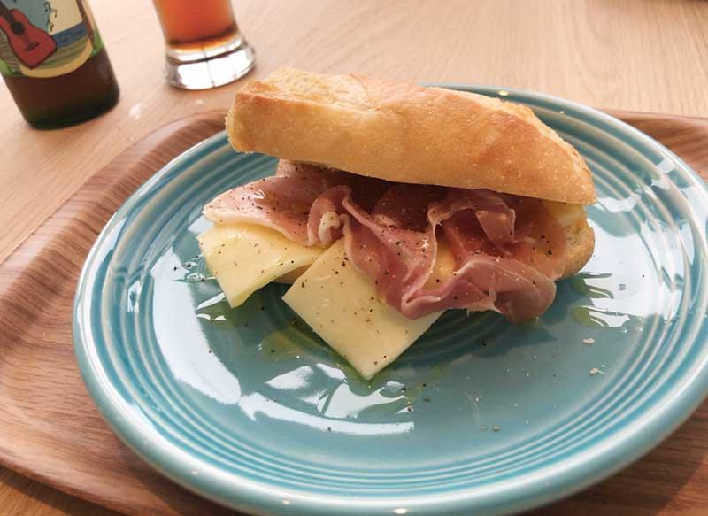 生ハムとモッツァレラチーズのサンドイッチ