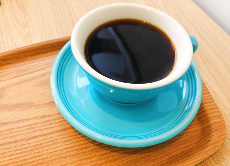 ブルーのカップが映えるコーヒー