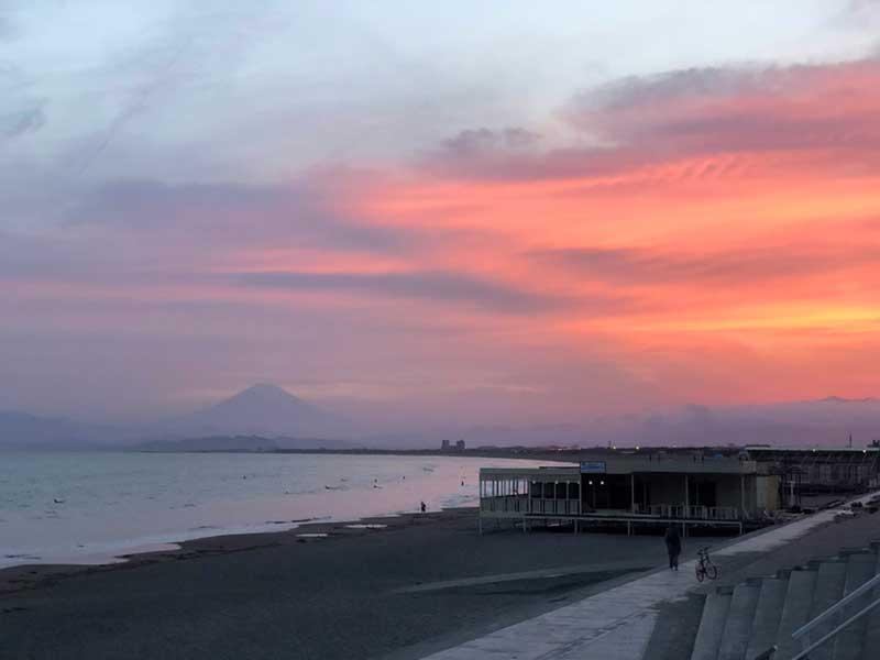 鵠沼海岸で見る富士山と夕日