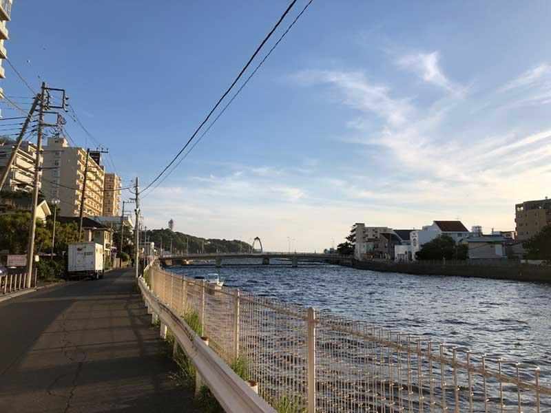 江ノ島が見える川沿い