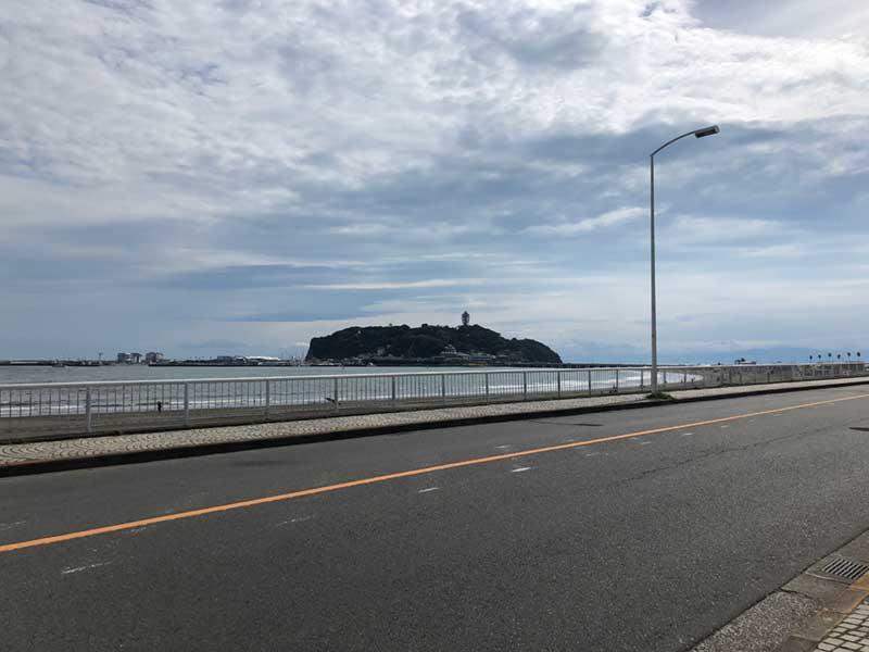 すぐ向こうに江ノ島と腰越の海岸が広がる