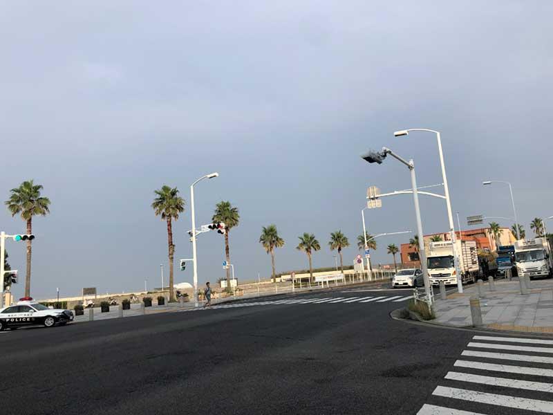 すぐ先に片瀬西浜と新江ノ島水族館がある