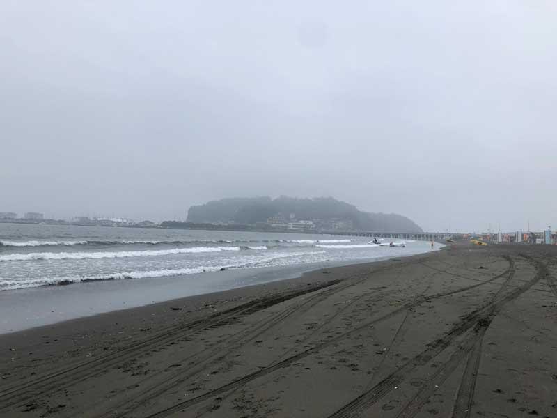 小雨と霧で江ノ島がかすんでみえる