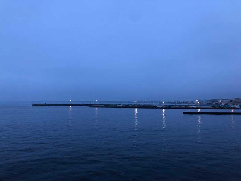 まわりは江ノ島の海