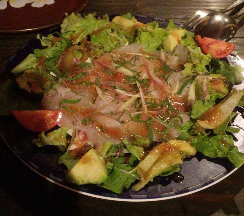 新鮮なお刺身たっぷりのシーフードサラダ