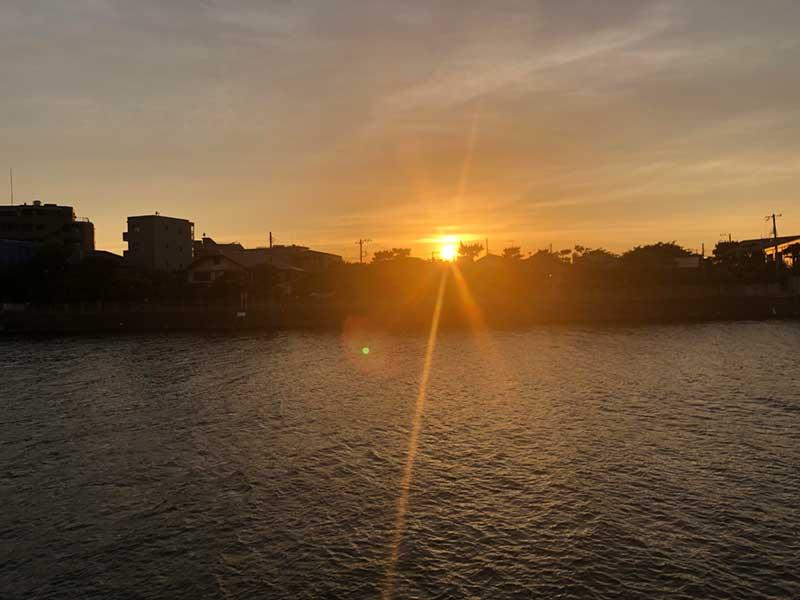 サーフィン後に沈む夕陽を眺めながらくつろげる