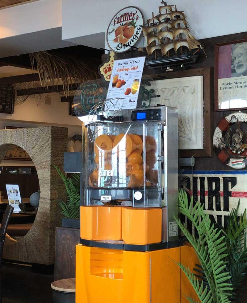 専用のオレンジ絞り機械