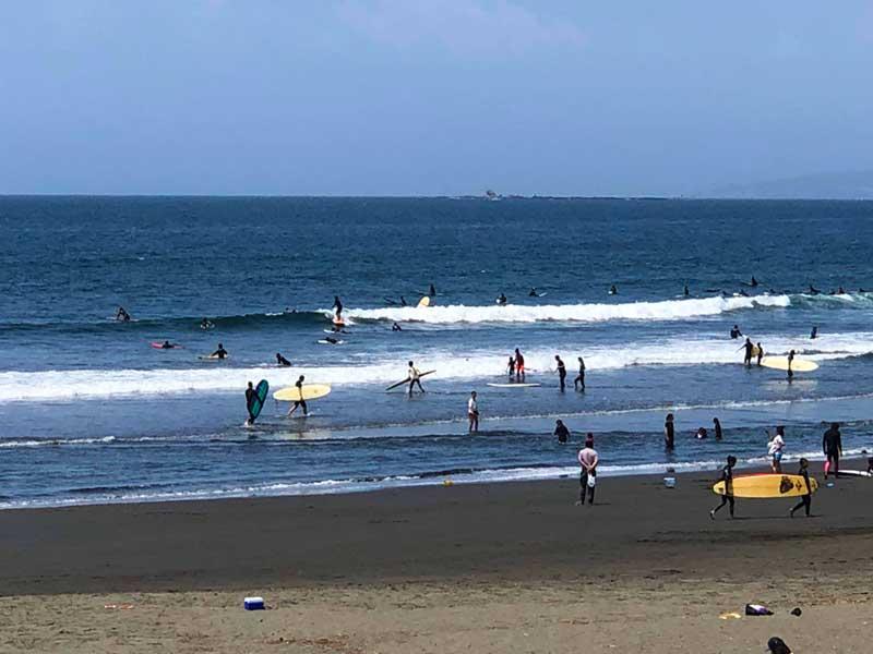 湘南の海はサーファーで大混雑